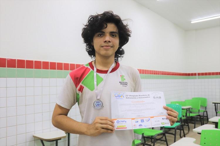 Estudante recebe medalha de prata na OBA